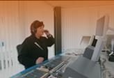 Petra Schwarz im Rundfunkstudio